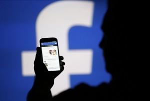Facebook, come entrare nei profili amici (senza password)