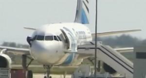 Aereo EgyptAir dirottato, pilota scappa finestrino
