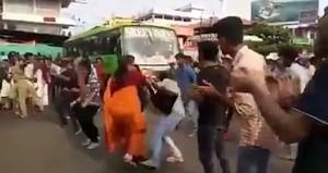 YOUTUBE Flashmob blocca traffico in India, automobilista…