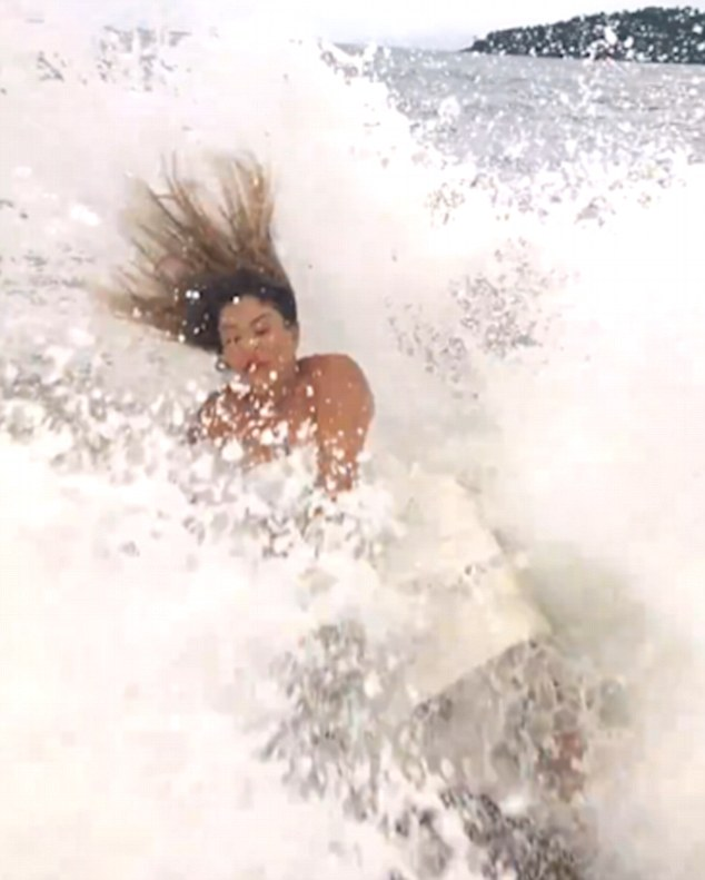 Foto in posa sullo scoglio, ma arriva una onda gigante e... 8