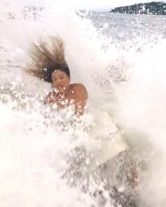 Foto in posa sullo scoglio, ma arriva una onda gigante e...