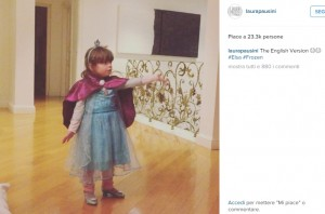 Laura Pausini, figlia Paola canta Frozen e fa puzzle