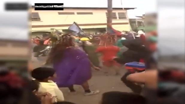 YouTube, Gesù cade dalla croce durante processione e... 05