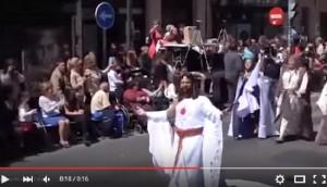 Gesù gay in processione VIDEO attore multato e espulso
