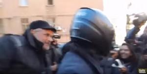 YOUTUBE Giachetti vota e si carica Enrico Lucci senza casco