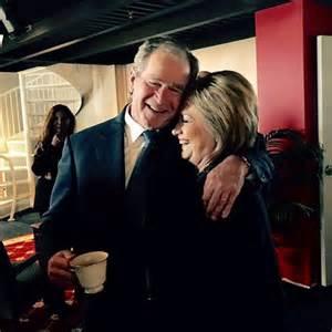 L'abbraccio tra Hillary e Bush