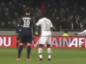 YOUTUBE Ibrahimovic provocato da Yanga-Mbiwa reagisce così
