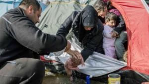 Parto nel fango: il bimbo profugo nato a Idomeni FOTO