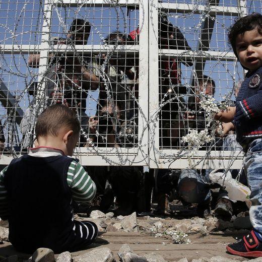 Migranti, Ue stanzia 700 milioni per la Grecia 8