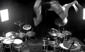 YOUTUBE Aric Improta, assolo di batteria con salto mortale
