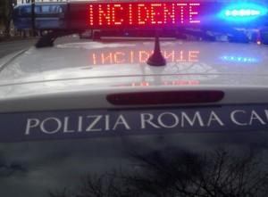 Roma, scontro auto-moto: centauro avvolto da fiamme, grave