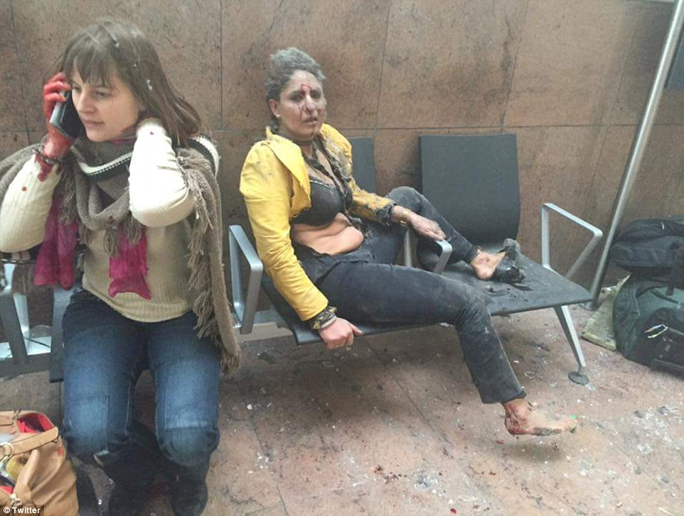 Bruxelles, chi è la donna della FOTO simbolo degli attacchi