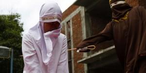 Sharia in Indonesia: fustigata per aver tradito marito FOTO