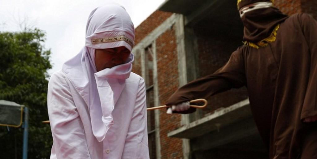 Sharia in Indonesia: fustigata per aver tradito marito