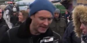 "YOUTUBE Jude Law a Calais, migranti-hooligans: ""Sassi e..."""