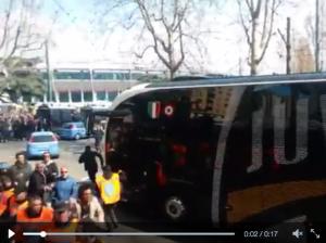Guarda la versione ingrandita di Torino-Juventus, video. Sassate contro pullman bianconero