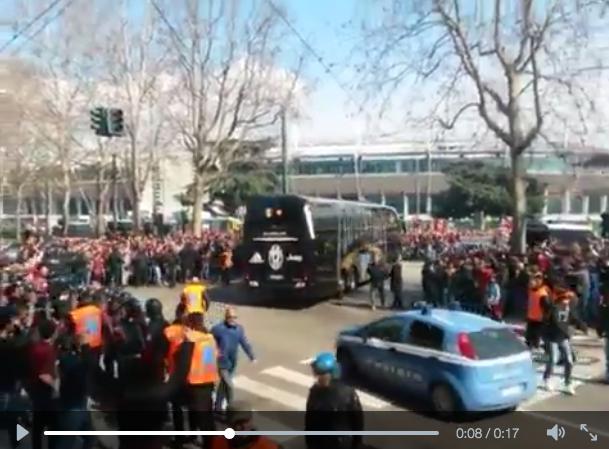 Torino-Juventus, video. Sassate contro pullman bianconero