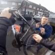 YOUTUBE Lasciano bici in strada: così rapinano automobilisti01