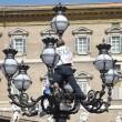 Paura a San Pietro: si arrampica su lampione mentre Papa...01