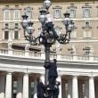 Paura a San Pietro: si arrampica su lampione mentre Papa...07