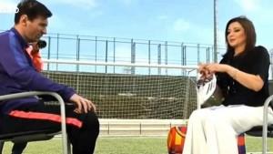 Guarda la versione ingrandita di Leo Messi, ospite di uno show televisivo, ha regalato alla conduttrice un paio dei suoi scarpini