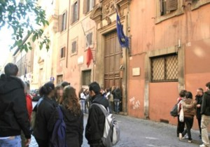 Carabinieri arrestano lo spacciatore gli studenti protestano