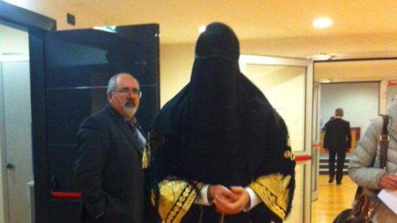 Liguria, Stefania Pucciarelli (Lega) in burqa in Regione
