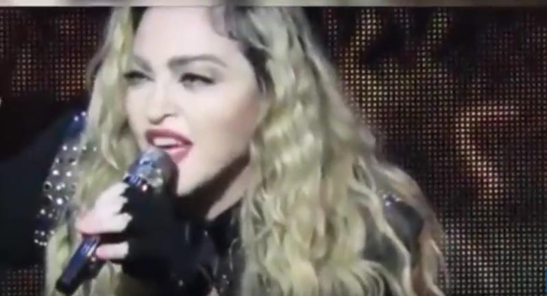 "YouTube, Madonna ubriaca sul palco: ""Qualcuno mi sco..."""