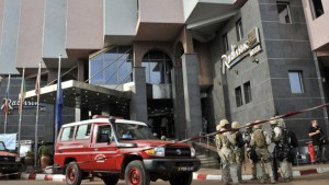 Guarda la versione ingrandita di Terrorismo, attacco a hotel stranieri a Bamako in Mali
