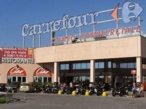 Allarme bomba al centro commerciale Carrefour di Massa