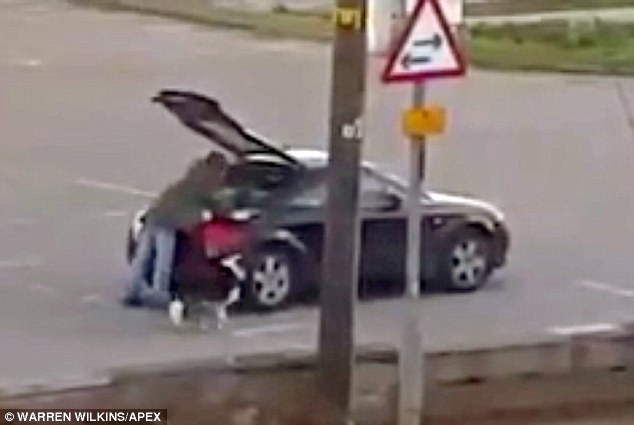 YOUTUBE Mendicante chiede elemosina poi va via in Audi e...04