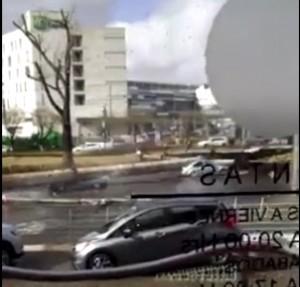 Cartellone pubblicitario su auto, 5 feriti gravi