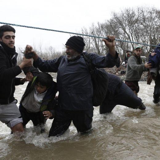 Migranti attraversano fiume in piena: 3 morti in Macedonia