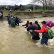 Migranti attraversano fiume in piena: 3 morti in Macedonia 12