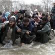 Migranti attraversano fiume in piena: 3 morti in Macedonia 4