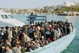 Un gruppo di migranti verso l'Italia