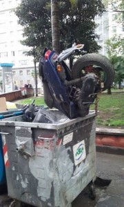 "Napoli, scooter rubato ""smaltito"" dentro al cassonetto"
