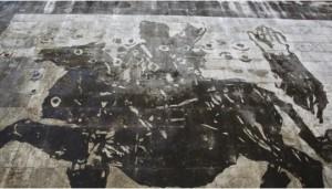 Guarda la versione ingrandita di Mussolini torna a Roma a cavallo...murale gigante sul Tevere