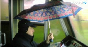 VIDEO Macchinista Circumvesuviana viaggia con l'ombrello
