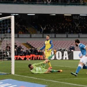 82'   Riccardo Meggiorini (Chievo) viene punito col giallo dopo l'infrazione. 80'Per poco! Il tiro di Gonzalo Higuain (Napoli) dal limite termina largo davvero di poco sulla sinistra.