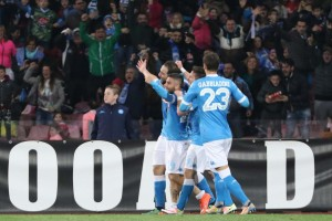 Guarda la versione ingrandita di Napoli's forward celebrates with his teammates after scoring the goal of the 2-1 during the Italian Serie A soccer match between SSC Napoli and CFC Genoa at San Paolo Stadium in Naples, 20 March 2016. ANSA/ CESARE ABBATE