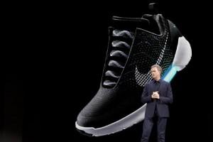 YOUTUBE Nike realizza le scarpe che si allacciano da sole