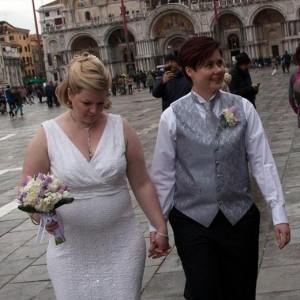 Guarda la versione ingrandita di Nozze gay a Venezia: sì in gondola per Amy e Nicole FOTO