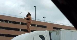 Donna nuda balla su camion in autostrada4
