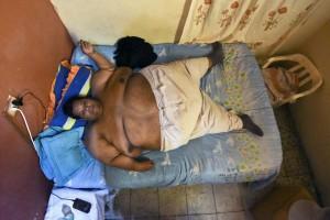 Guarda la versione ingrandita di Obeso di 400 chili: 20 pompieri per portarlo in clinica