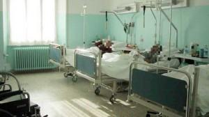 """Ruba vestiti a compagno stanza ospedale: """"Tanto sta morendo"""""""