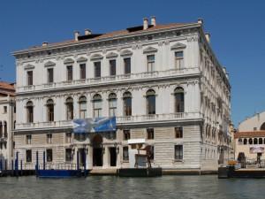 Guarda la versione ingrandita di Venezia, banda progettava furto a palazzo GrassiLe bâtiment possède 40 salles, sa surface est de 5.000 m2 Il a été inauguré en avril 2006.   Une oeuvre de Urs Fisher intitulée