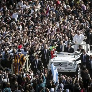 """Guarda la versione ingrandita di Pasqua, Papa: """"Basta guerre e terrore, accogliamo profughi"""""""