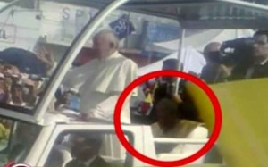 YOUTUBE Fantasma Giovanni Paolo II accanto a Papa Francesco?
