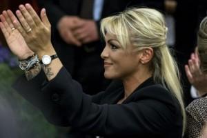 Berlusconi mesto crepuscolo. Francesca Pascale lo tiene...